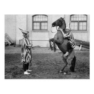 Clowning alrededor en un caballo, 1915 tarjeta postal