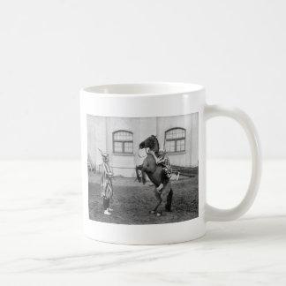 Clowning alrededor en un caballo, 1915 taza clásica