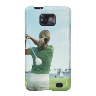 Club de golf de balanceo de la mujer joven, vista samsung galaxy SII carcasa