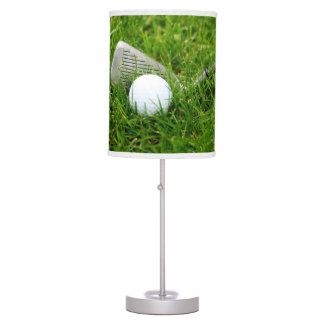 Club de golf y bola en hierba verde lámpara de escritorio
