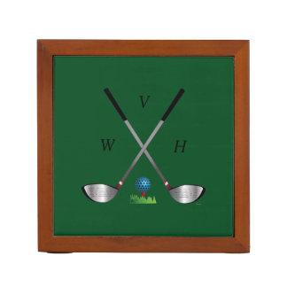 Clubs de golf con la pelota de golf y el monograma organizador de escritorio