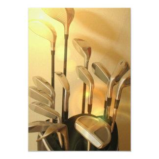 Clubs de golf en la invitación del bolso