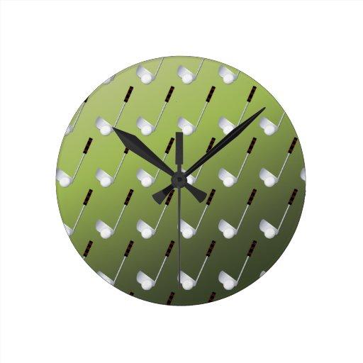 Clubs de golf en verde reloj redondo mediano
