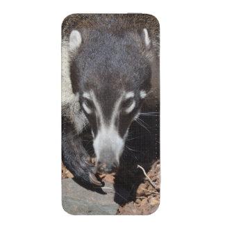Coati sospechado blanco adorable funda acolchada para iPhone