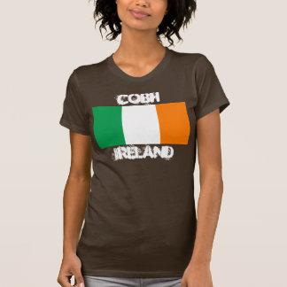 Cobh, Irlanda con la bandera irlandesa Playera