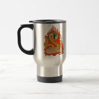 Cobra en estilo del tatuaje de las llamas taza de viaje