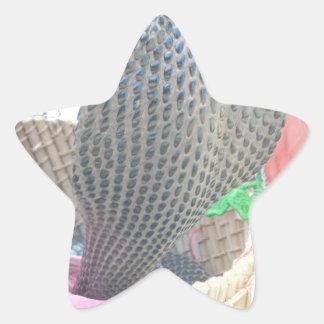 Cobra en una cesta lista para escupir el fuego pegatina en forma de estrella