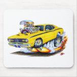 Coche 1970-74 del amarillo del plumero de Plymouth Alfombrillas De Raton