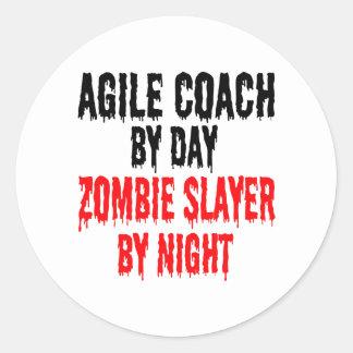 Coche ágil del asesino del zombi pegatina redonda