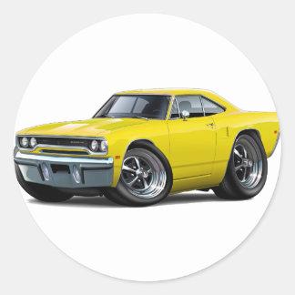 Coche amarillo 1970 del Roadrunner Pegatina Redonda