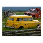 Coche amarillo viejo postales