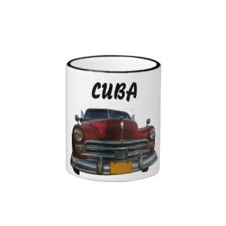 Coche americano clásico en Vinales, Cuba Taza De Dos Colores