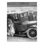 Coche antiguo arruinado, los años 20 postales