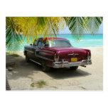 Coche antiguo en la playa de Cuba Tarjetas Postales