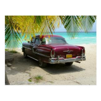 Coche antiguo en la playa de Cuba Postal
