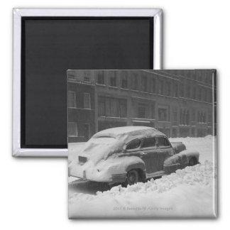 Coche capsulado nieve en la calle B&W Imán Cuadrado