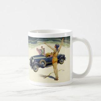 Coche convertible del transporte del vintage en la taza de café