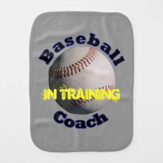 Coche de bebé del béisbol en el entrenamiento paños de bebé