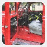 Coche de bomberos con el uniforme del bombero pegatina cuadrada