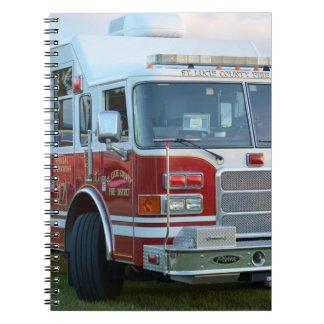 coche de bomberos de la parte frontal del libros de apuntes