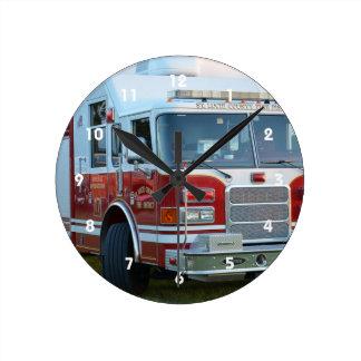 coche de bomberos de la parte frontal del reloj redondo mediano