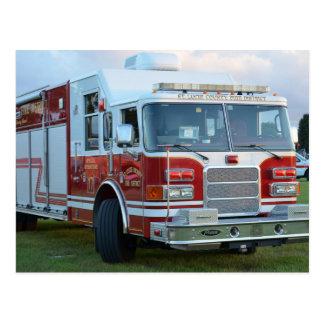 coche de bomberos de la parte frontal del postal