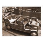 Coche de bomberos del carnaval del vintage postal