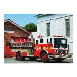 """Coche de bomberos delante del parque de bomberos invitación 5"""" x 7"""""""