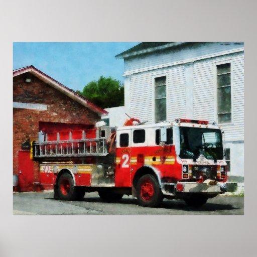 Coche de bomberos delante del parque de bomberos impresiones