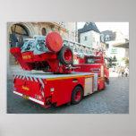 Coche de bomberos en el centro de ciudad 4 poster