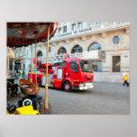 Coche de bomberos en el centro de ciudad poster