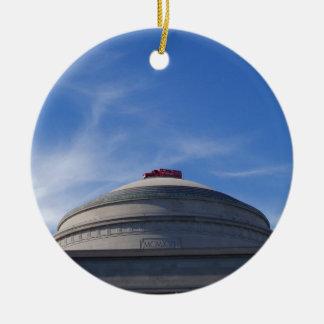 Coche de bomberos encima del edificio adorno navideño redondo de cerámica