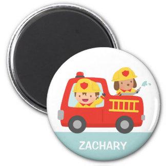 Coche de bomberos rojo con el muchacho y el imán redondo 5 cm