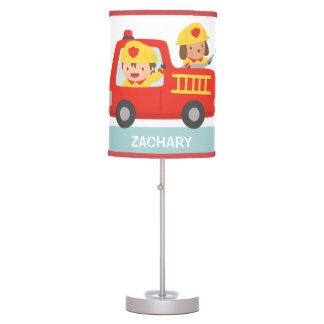 Coche de bomberos rojo con la decoración del sitio lámpara de escritorio