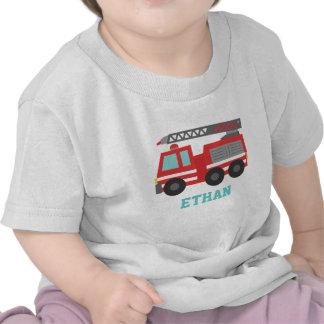 Coche de bomberos rojo lindo para los pequeños camiseta