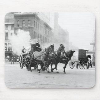 Coche de bomberos traído por caballo 1900s tempra alfombrillas de raton