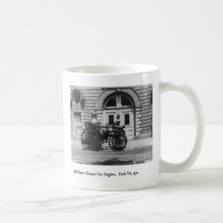 Coche de bomberos y parque de bomberos antiguos taza de café