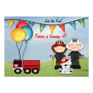 Coche de bomberos y pequeño cumpleaños del bombero
