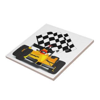 Coche de carreras amarillo con la bandera a azulejo cuadrado pequeño