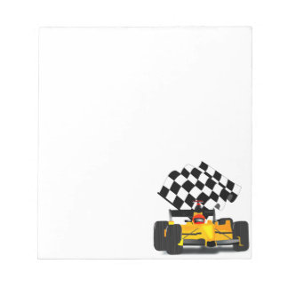 Coche de carreras amarillo con la bandera a bloc de notas