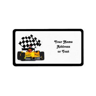 Coche de carreras amarillo con la bandera a etiquetas de dirección