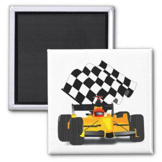 Coche de carreras amarillo con la bandera a imán para frigorifico