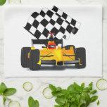 Coche de carreras amarillo con la bandera a toalla de cocina