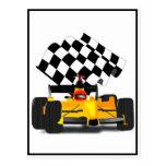 Coche de carreras amarillo con la bandera a postal