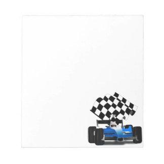 Coche de carreras azul con la bandera a cuadros bloc de notas