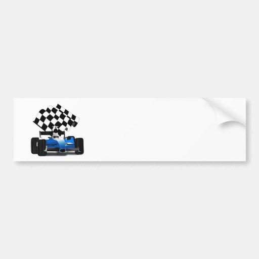 Coche de carreras azul con la bandera a cuadros etiqueta de parachoque
