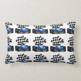 Coche de carreras azul con la bandera a cuadros almohada