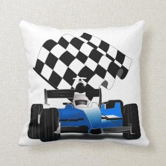 Coche de carreras azul con la bandera a cuadros cojín