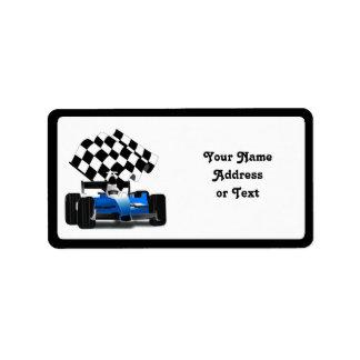Coche de carreras azul con la bandera a cuadros etiquetas de dirección