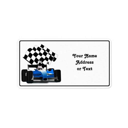 Coche de carreras azul con la bandera a cuadros etiqueta de dirección